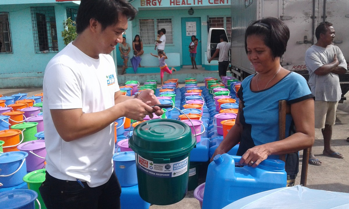 Distribution d'eau potable par Handicap International et ses partenaires aux victimes du typhon Nock-Ten aux Philippines © Handicap International