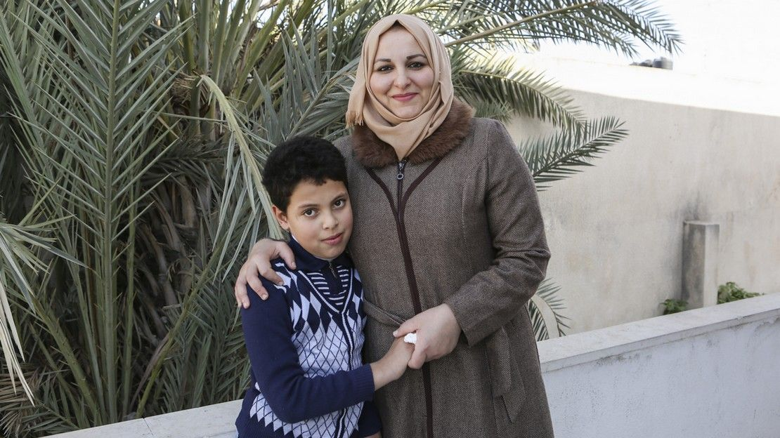 Suha et son fils Mahmoud devant l'école soutenue par Handicap International à Gaza