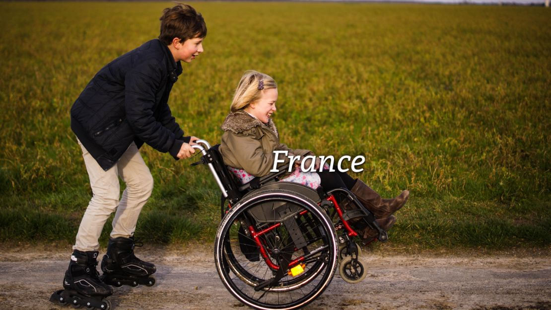 Handicap International France. Photo de Catherine Hamel, maman de quatre enfants dont Baudouin (12 ans) et Béatrice (10 ans), infirme motrice cérébrale