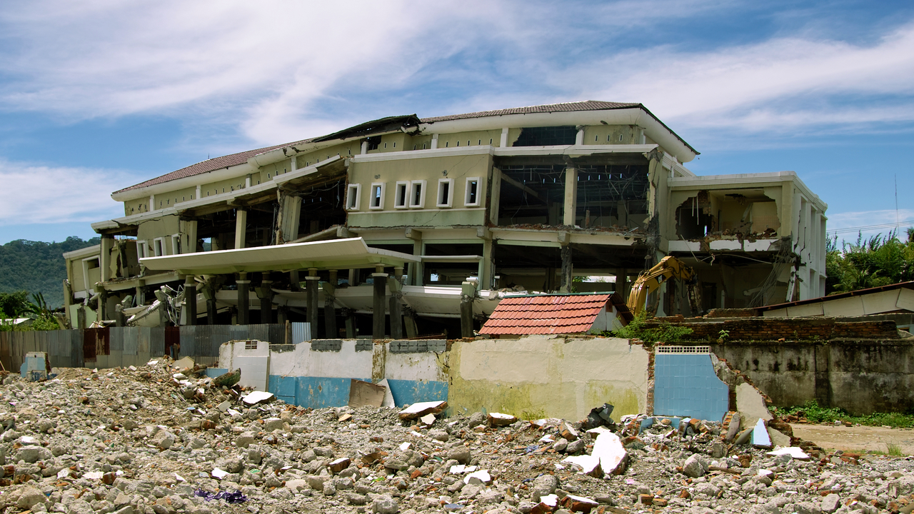 Bâtiment détruit à la suite du séisme de septembre 2009 à Padang, sur l'île de Sumatra en Indonésie (photo d'archive Handicap International); }}